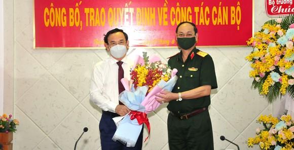 Bí thư Thành ủy TPHCM Nguyễn Văn Nên tặng hoa chúc mừng Trung tướng Nguyễn Văn Nam. Ảnh: HỮU TÂN