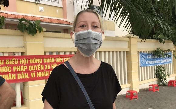 Người nước ngoài vui mừng khi được tiêm vaccine ngừa Covid-19 ảnh 1