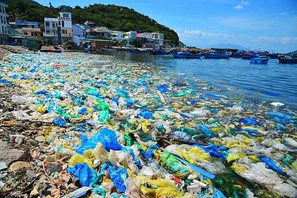 Việt Nam phải đối mặt với nhiều vấn đề về suy thoái, ô nhiễm môi trường, biến đổi khí hậu, nước biển dâng, đặc biệt là ô nhiễm do rác thải nhựa