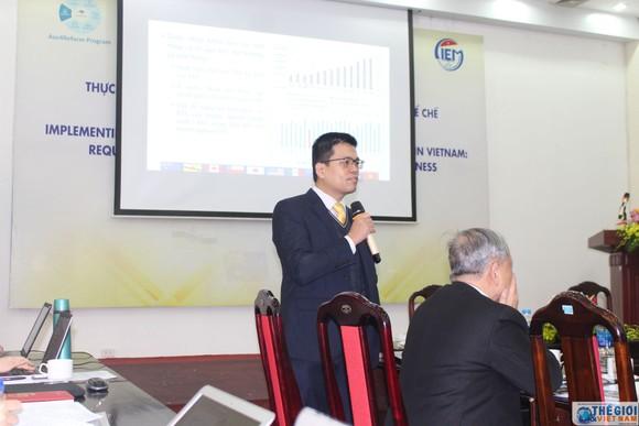 Trưởng ban Nghiên cứu tổng hợp Nguyễn Anh Dương trình bày Báo cáo nghiên cứu của CIEM tại hội thảo