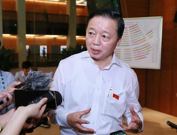 Bộ trưởng Bộ Tài nguyên và Môi trường Trần Hồng Hà trả lời phỏng vấn bên lề phiên họp Quốc hội sáng 12-6-2020