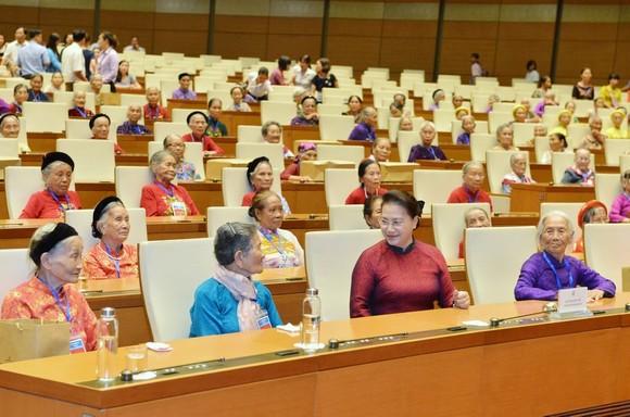 Chủ tịch Quốc hội Nguyễn Thị Kim Ngân gặp mặt 300 Mẹ Việt Nam Anh hùng tiêu biểu  ảnh 1
