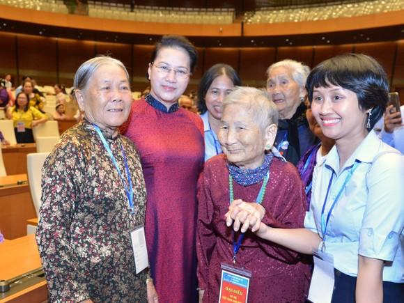 Chủ tịch Quốc hội Nguyễn Thị Kim Ngân gặp mặt 300 Mẹ Việt Nam Anh hùng tiêu biểu  ảnh 2