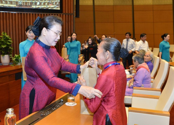 Chủ tịch Quốc hội Nguyễn Thị Kim Ngân gặp mặt 300 Mẹ Việt Nam Anh hùng tiêu biểu  ảnh 4