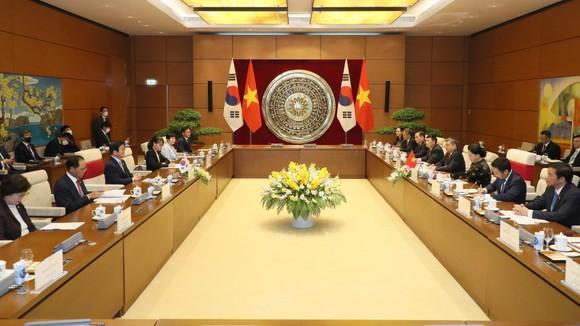 Chủ tịch Quốc hội Nguyễn Thị Kim Ngân đón và hội đàm với Chủ tịch Quốc hội Hàn Quốc Park Byeong-Seug ảnh 1