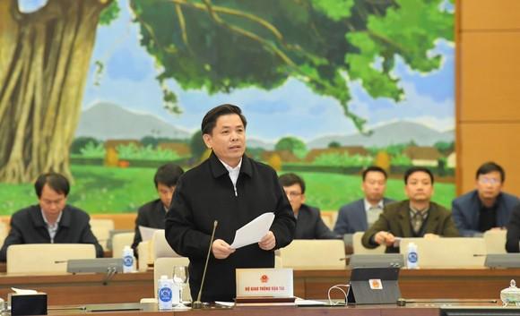 Bộ trưởng Bộ Giao thông Vận tải Nguyễn Văn Thể  báo cáo tại phiên họp. Ảnh: VIẾT CHUNG