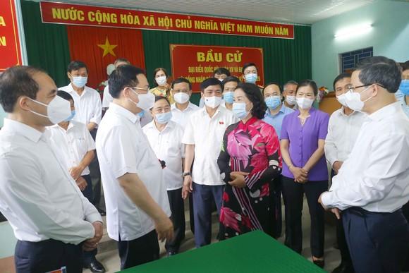 Chủ tịch Quốc hội kiểm tra thực tế tại đơn vị bầu cử số 2 (gồm tổ 5, tổ 6 và tổ 9) phường An Tường, thành phố Tuyên Quang
