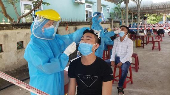 Lực lượng y tế xét nghiệm Covid-19 cho công nhân KCN Hòa Cầm (quận Cẩm Lệ, TP Đà Nẵng) vào sáng 16-5
