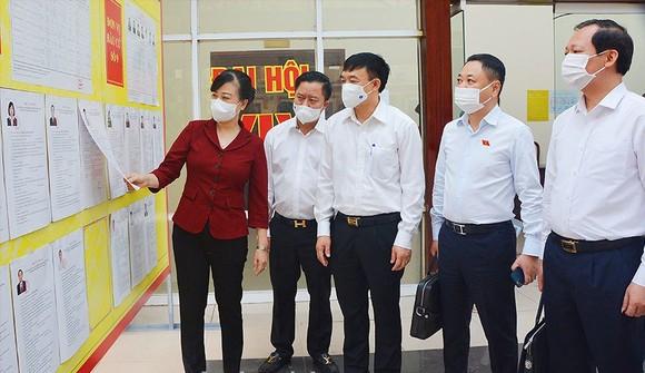 Bí thư Tỉnh ủy Bắc Ninh Đào Hồng Lan kiểm tra công tác chuẩn bị bầu cử. Ảnh: Báo Bắc Ninh