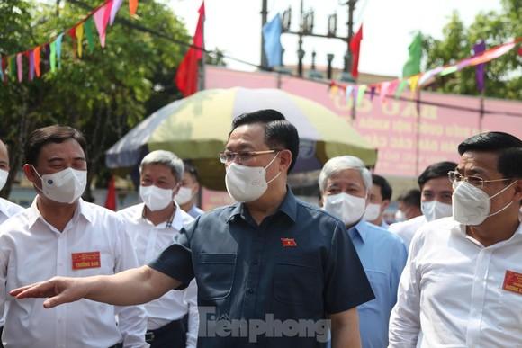 Chủ tịch Quốc hội Vương Đình Huệ kiểm tra điểm bầu cử tại phường Trần Nguyên Hãn, thành phố Bắc Giang. Ảnh: TIỀN PHONG