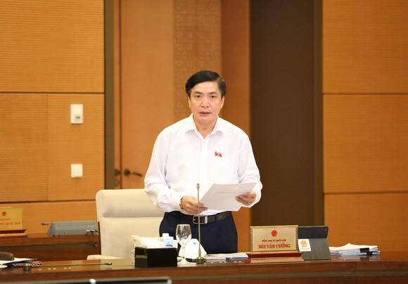 Chủ nhiệm Văn phòng Quốc hội, Chánh Văn phòng Hội đồng Bầu cử Quốc gia Bùi Văn Cường  báo cáo tại phiên họp. Ảnh: VIẾT CHUNG