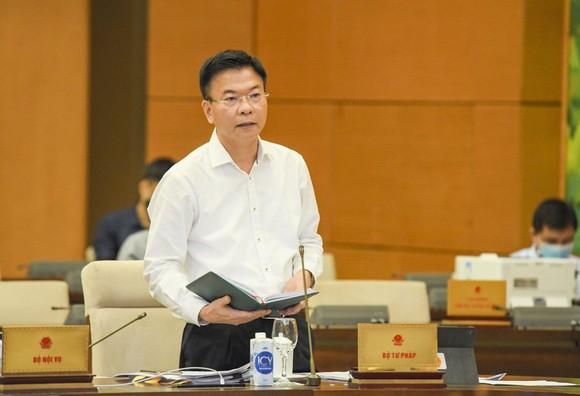 Bộ trưởng Bộ Tư pháp Lê Thành Long báo cáo tại phiên họp