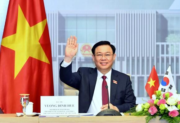 Chủ tịch Quốc hội Vương Đình Huệ tại cuộc hội đàm trực tuyến với Chủ tịch Quốc hội Hàn Quốc Park Byeong Seug. Ảnh: VIẾT CHUNG