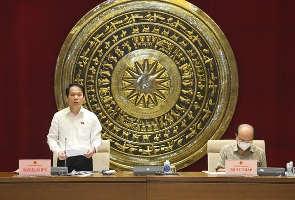 Chủ nhiệm Ủy ban Pháp luật Hoàng Thanh Tùng điều hành phiên họp