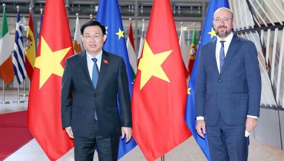 Chủ tịch Quốc hội Vương Đình Huệ và Chủ tịch Hội đồng châu Âu Charles Michel. Ảnh: DOÃN TẤN
