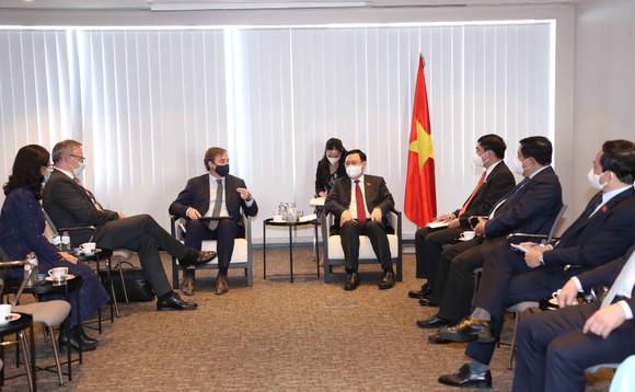 Chủ tịch Quốc hội Vương Đình Huệ đề nghị nhà đầu tư sớm khởi động lại các dự án tại Việt Nam ảnh 1