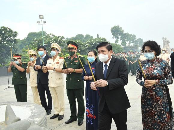 Lãnh đạo TPHCM dâng hương tưởng niệm các anh hùng liệt sĩ nhân Ngày Giải phóng miền Nam, thống nhất đất nước ảnh 4