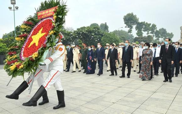Lãnh đạo TPHCM dâng hương tưởng niệm các anh hùng liệt sĩ nhân Ngày Giải phóng miền Nam, thống nhất đất nước ảnh 1