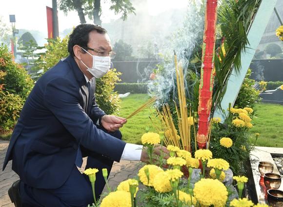 Lãnh đạo TPHCM dâng hương tưởng niệm các anh hùng liệt sĩ nhân Ngày Giải phóng miền Nam, thống nhất đất nước ảnh 5
