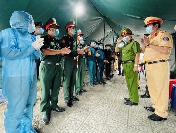 Thiếu tướng Trần Đức Tài kiểm tra các chốt phòng dịch Covid-19 ảnh 1