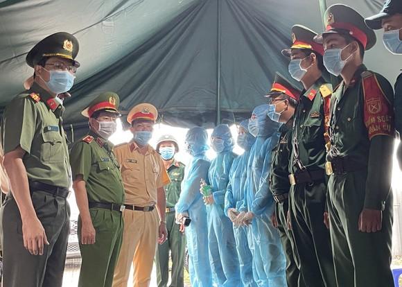 Thiếu tướng Trần Đức Tài kiểm tra các chốt phòng dịch Covid-19 ảnh 2