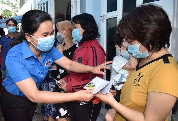 Thăm và tặng quà các hộ dân bị ngập nặng tại TP Thủ Đức ảnh 1