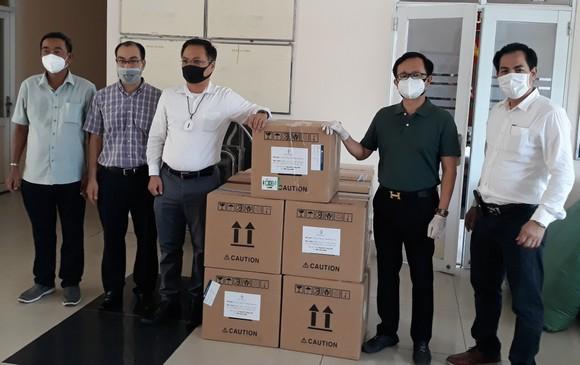 Người Việt Nam ở nước ngoài tặng TPHCM 30.000 khẩu trang N95  ảnh 1