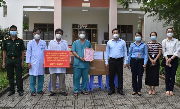 Trao tặng trang thiết bị y tế cho Bệnh viện dã chiến Củ Chi ảnh 2