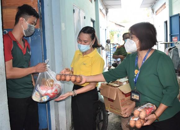 Bưu điện TPHCM trao quà cho người khó khăn ở khu nhà trọ phường Trung Mỹ Tây, quận 12