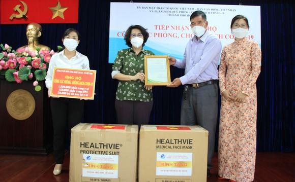 Chủ tịch Ủy ban MTTQ Việt Nam TPHCM Tô Thị Bích Châu tiếp nhận trang thiết bị y tế do Công ty Cổ phần Công nghệ cao AS-TK Việt Nam trao tặng