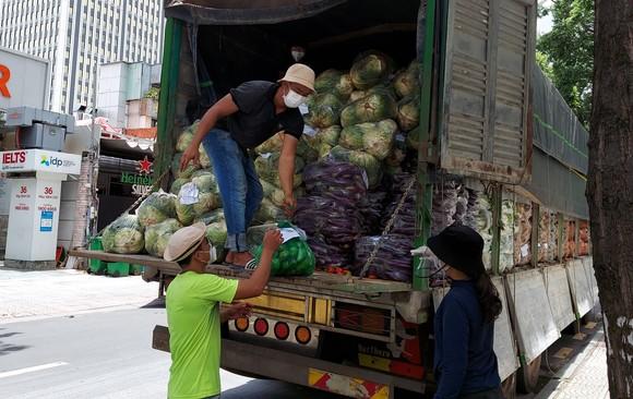 TPHCM tiếp nhận hàng hóa các tỉnh hỗ trợ