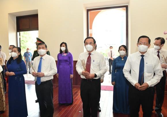 Lãnh đạo TPHCM dâng hương, dâng hoa Chủ tịch Hồ Chí Minh ảnh 2