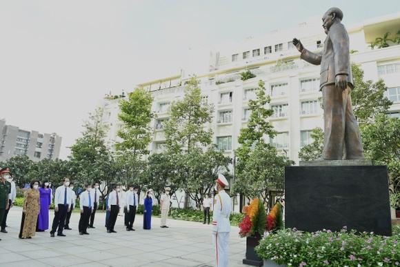 Lãnh đạo TPHCM dâng hương, dâng hoa Chủ tịch Hồ Chí Minh ảnh 1