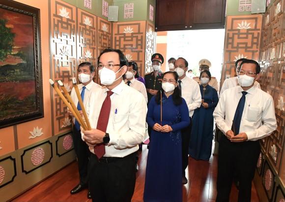 Lãnh đạo TPHCM dâng hương, dâng hoa Chủ tịch Hồ Chí Minh ảnh 5