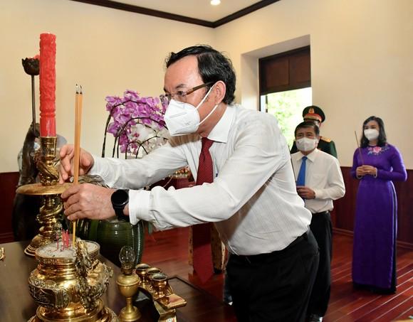 Lãnh đạo TPHCM dâng hương, dâng hoa Chủ tịch Hồ Chí Minh ảnh 3