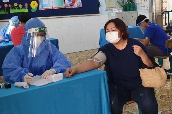 Quận 11 tiêm vaccine phòng Covid-19 mũi 2 cho người dân trên 18 tuổi ảnh 1