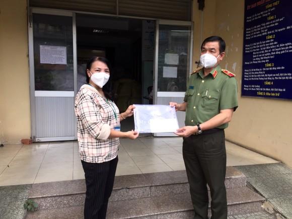 Lãnh đạo TPHCM thăm, động viên các 'pháo đài' chống dịch ảnh 5