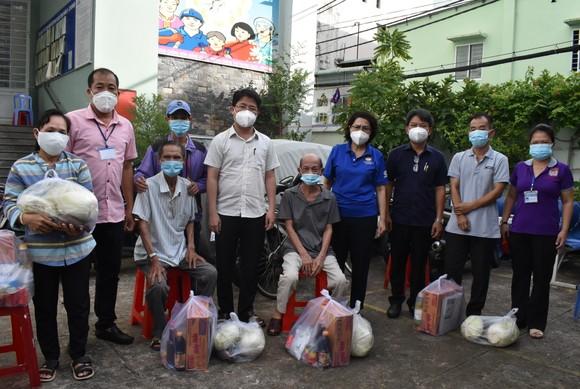 Đồng chí Tô Thị Bích Châu tặng túi an sinh cho người khó khăn phường 15, quận Phú Nhuận