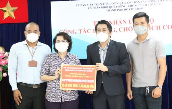 Chủ tịch Ủy ban MTTQ Việt Nam TPHCM Tô Thị Bích Châu tiếp nhận ủng hộ từ Công ty Cổ phần Dược phẩm Quốc tế Việt Nam Anh Quốc Trường Đại Hưng - Nhà máy Dược phẩm Tadaphaco