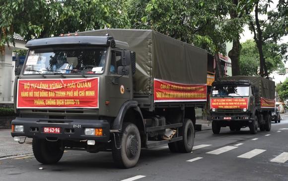 Bộ Tư lệnh Vùng 1 Hải Quân trao tặng TPHCM 10 tấn gạo ảnh 1