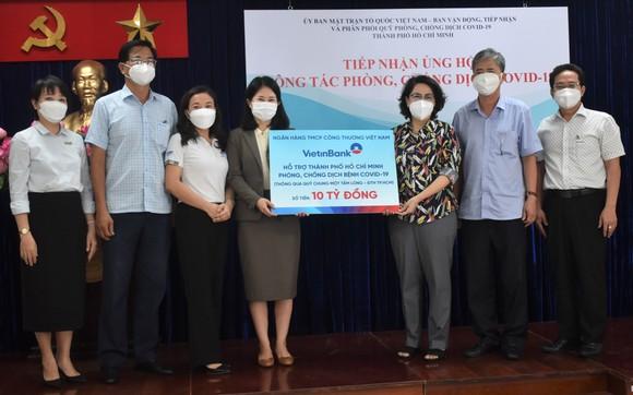 """Chủ tịch Ủy ban MTTQ Việt Nam TPHCM Tô Thị Bích Châu tiếp nhận bảng tượng trưng ủng hộ Quỹ phòng chống dịch Covid-19 của Ngân hàng Vietinbank thông qua Quỹ """"Chung một tấm lòng"""" của Đài Truyền hình TPHCM"""