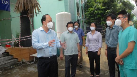 Phó Bí thư Thành ủy TPHCM Nguyễn Hồ Hải thăm, tặng trang thiết bị y tế ảnh 1