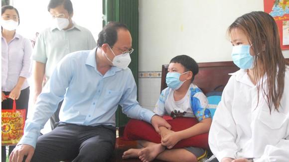 Phó Bí thư Thành ủy TPHCM Nguyễn Hồ Hải thăm, tặng trang thiết bị y tế ảnh 3