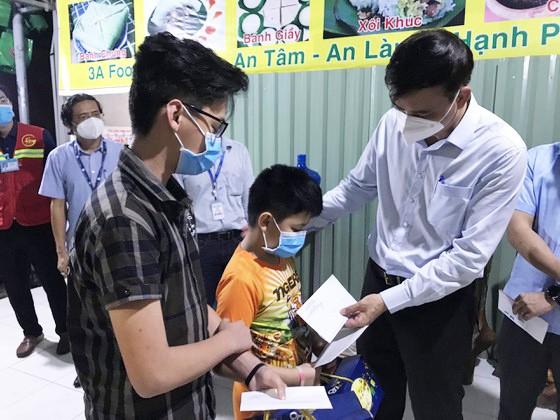 Lãnh đạo TPHCM thăm, trao quà Trung thu cho trẻ mồ côi vì Covid-19 ảnh 14