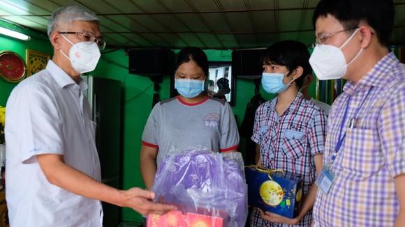Lãnh đạo TPHCM thăm, trao quà Trung thu cho trẻ mồ côi vì Covid-19 ảnh 11