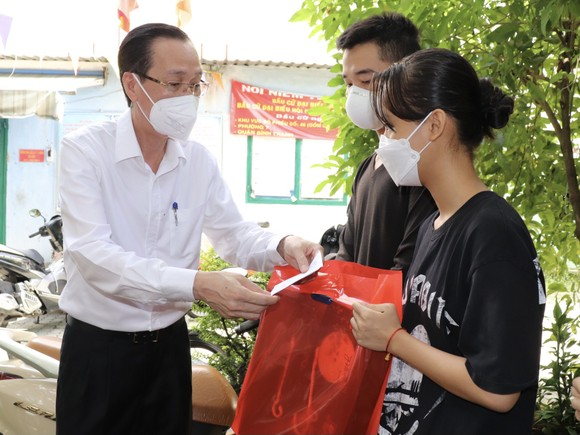 Lãnh đạo TPHCM thăm, trao quà Trung thu cho trẻ mồ côi vì Covid-19 ảnh 3
