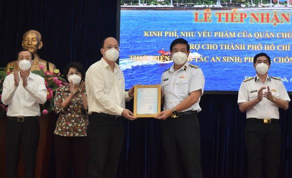 TPHCM tiếp nhận 25 tỷ đồng và 135 tấn gạo ủng hộ phòng chống dịch  ảnh 4