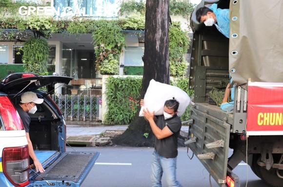 Bộ Tư lệnh Vùng 1 Hải quân hỗ trợ TPHCM thêm 10 tấn gạo ảnh 2