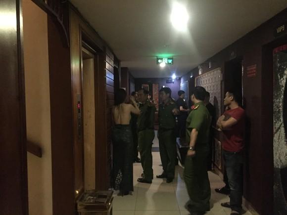Đột kích nhà hàng, khách sạn ở trung tâm TPHCM, gần 100 nữ tiếp viên ăn mặc hở hang ảnh 1