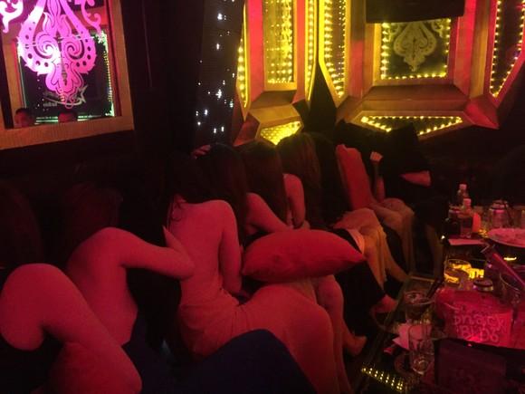 Đột kích nhà hàng, khách sạn ở trung tâm TPHCM, gần 100 nữ tiếp viên ăn mặc hở hang ảnh 2